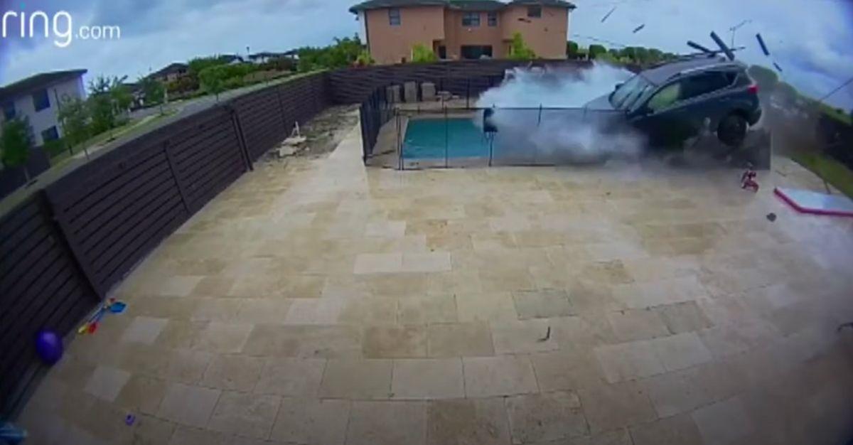 Un vehículo pierde el control en Miami y termina en la piscina de una casa: la lluvia evitó una tragedia mayor
