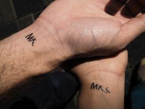 Se tatuaron la fecha de su boda pero tuvieron que cancelarla por el coronavirus
