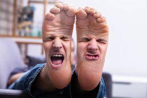 ¿Por qué huelen mal los pies?