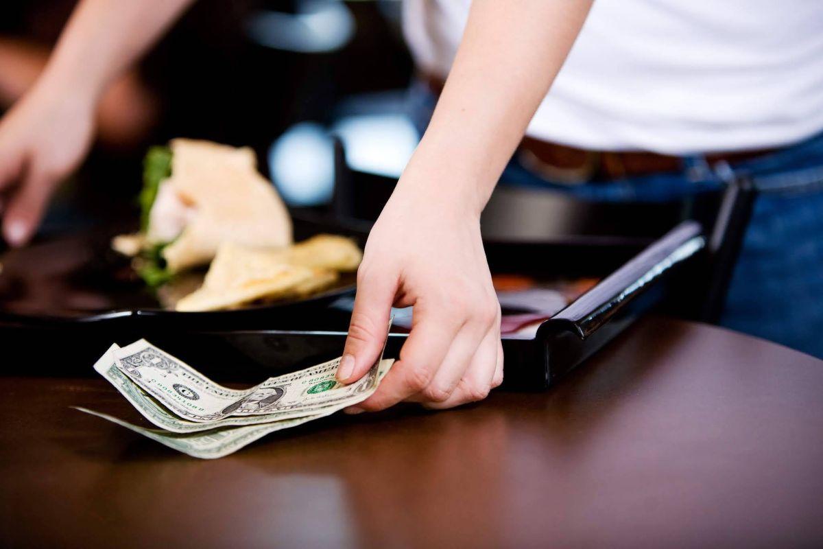 Deja una propina de $5,500 dólares sin ni siquiera ordenar comida