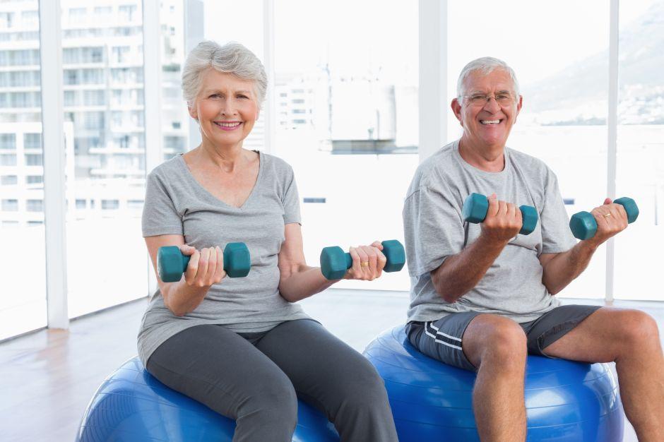 5 Ejercicios para mejorar la fuerza de adultos mayores
