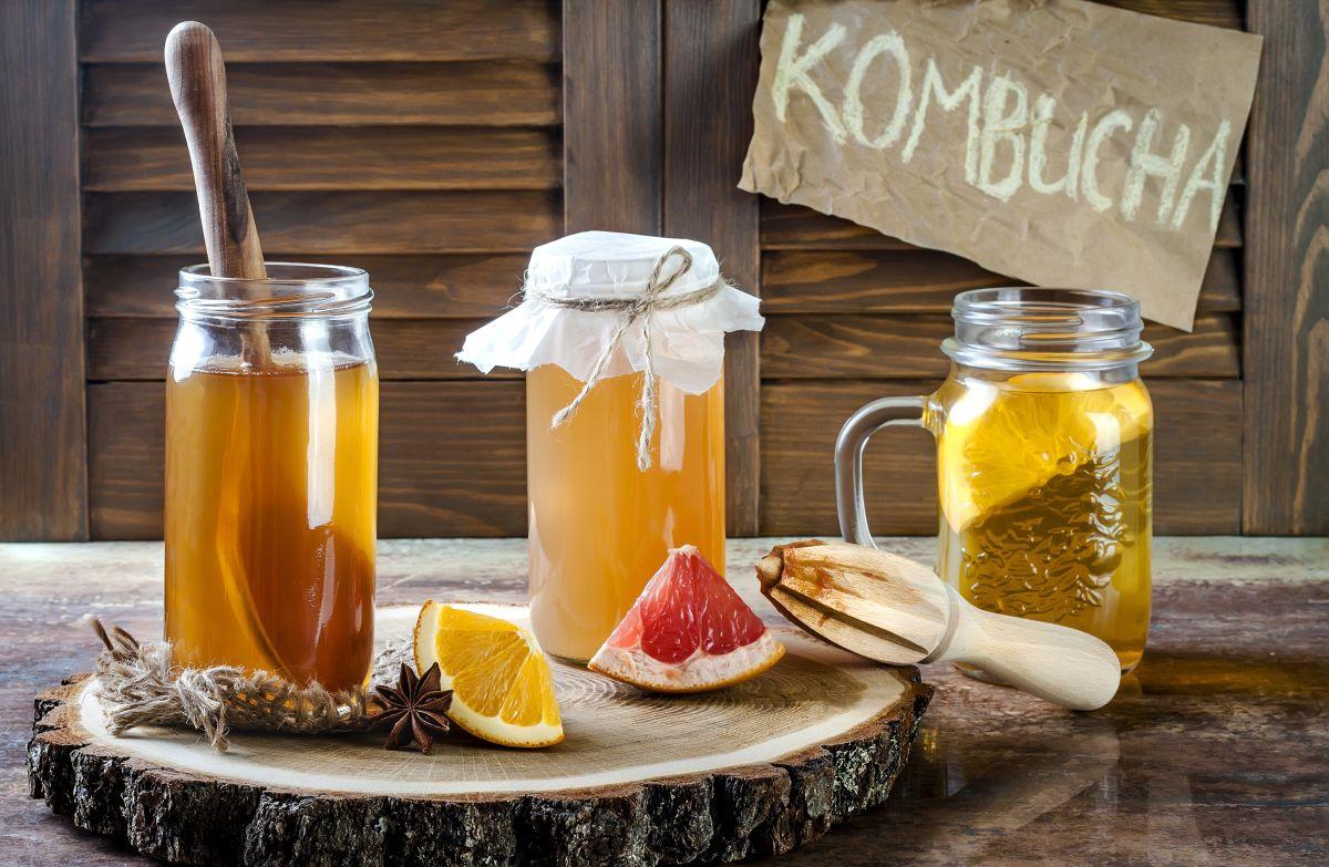 La kombucha es un té fermentado que se asocia con grandes beneficios para la salud intestinal, digestiva y es un gran aliado para aumentar las defensas.