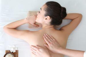 ¿Cómo hacer un masaje relajante de cuerpo entero?