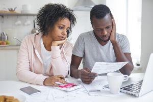¿Cuál es la actitud correcta para afrontar problemas monetarios en casa?