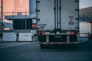 California y otros 14 estados acuerdan que todos los camiones y autobuses sean eléctricos para el año 2050