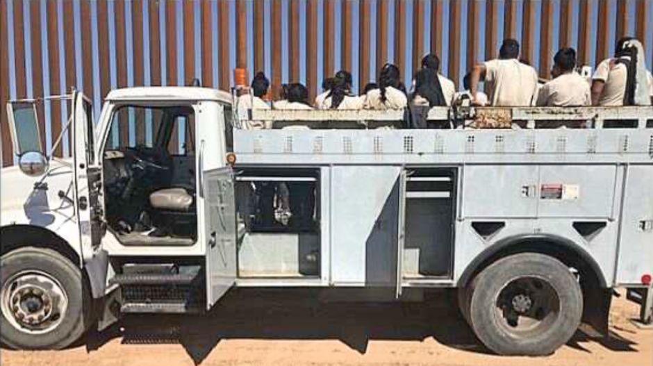 En los compartimentos de este camión utilitario iban a esconder a 21 inmigrantes indocumentados