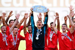 VIDEO: Manuel Neuer convirtió el trofeo de la Bundesliga en una pesa para ejercitarse