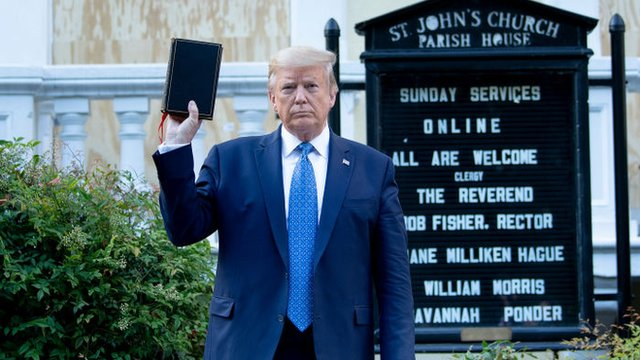 Trump posó frente a una iglesia dañada por protestas.