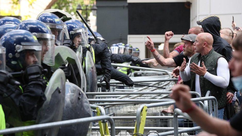 """George Floyd: cómo las protestas contra el racismo en Europa despertaron el""""monstruo dormido"""" de la extrema derecha"""