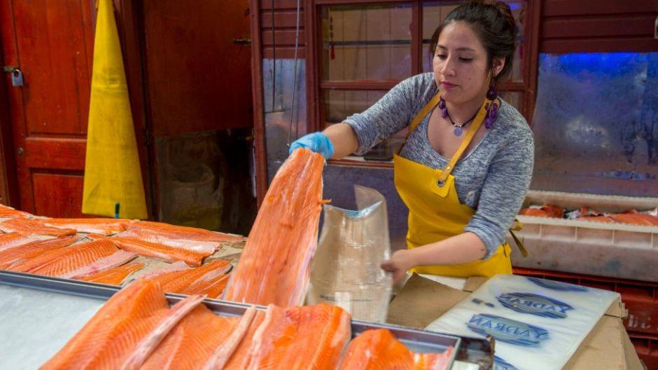 Por qué Pekín culpa al salmón por rebrote de coronavirus, los efectos repercuten en Chile