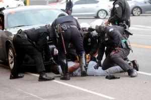 Video sensible: Policías de Indianapolis golpean con porras a mujer afroestadounidense