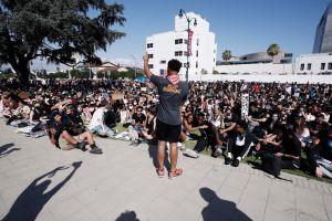 Beverly Hills prohíbe las reuniones nocturnas hasta nuevo aviso luego de protestas ruidosas durante el fin de semana