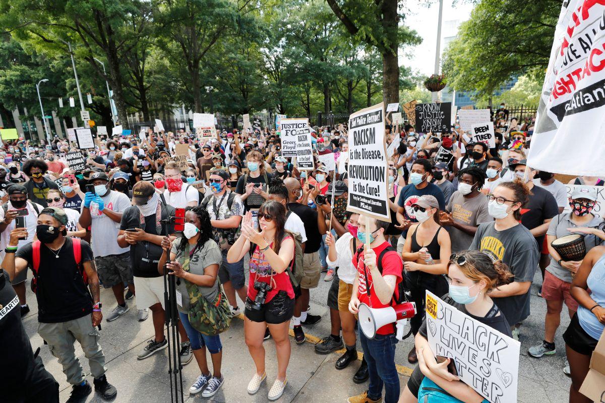 Manifestantes protestan por la muerte de Rayshard Brooks en Atlanta.