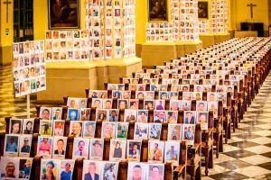 Celebran misa en catedral de Perú para víctimas de coronavirus y por error colocan foto de actor porno