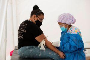 Enfermera cruza en bicicleta fuerte inundación para trabajar durante la pandemia y Honda le da gran recompensa