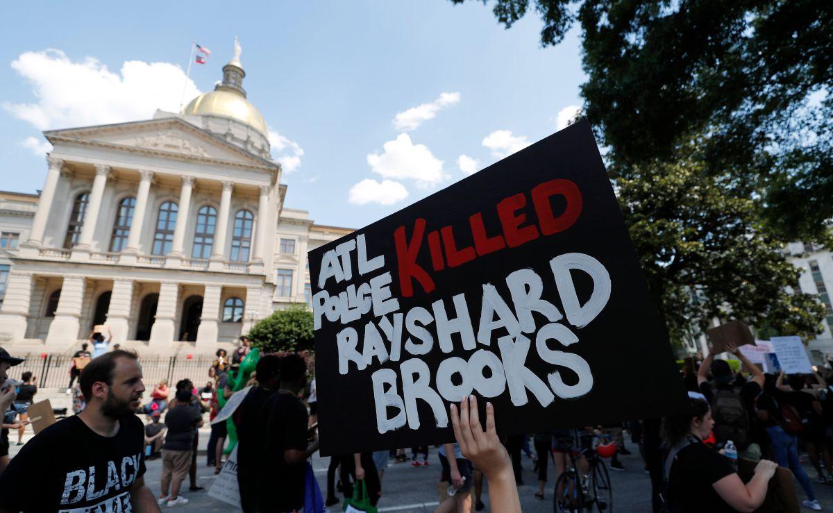 Manifestantes marchan ante el Capitolio de Georgia, en protesta por la muerte de Rayshard Brooks.
