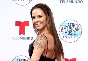 Kate del Castillo luce su tanga al bajar sus jeans desgarrados