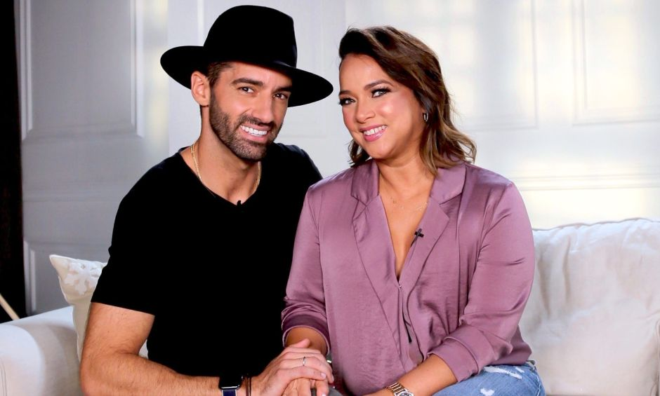 El esposo de Adamari López, Toni Costa, revela que tiene una fractura en el pie