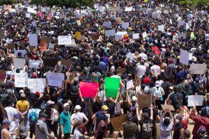 Procurador de California urge por reformas que frenen brutalidad policiaca
