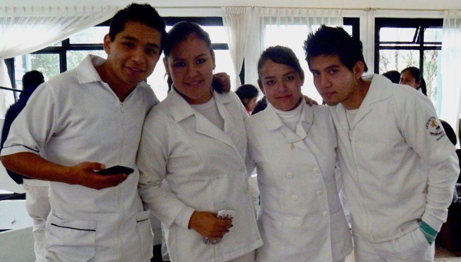 Arnold Juárez (extrema izquierda) con algunos de sus colegas enfermeros.