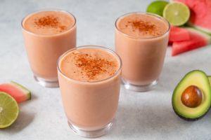 3 saludables batidos de verano con aguacate, ideales para mejorar la salud digestiva y cardiovascular