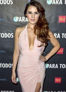 Dulce María impacta con su sexy falda transparente