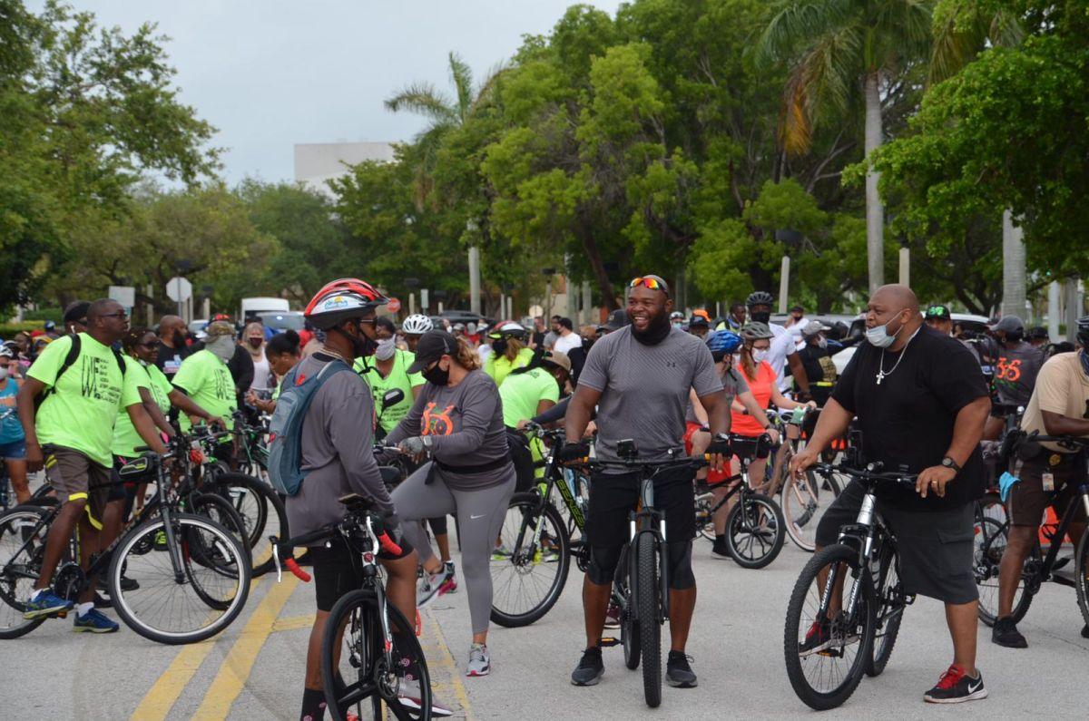 La curiosa forma de manifestarse en Miami: en bicicleta y portando carteles de protesta por la muerte de George Floyd