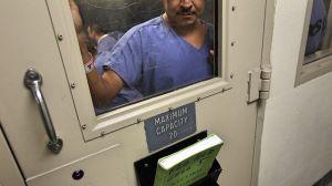 Inmigrantes detenidos demandan a ICE por impedirles hacer llamadas telefónicas a familia y abogados