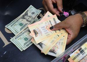 Le regaló a su novio un boleto de lotería, resultó premiado y le exigió que le diera a ella el dinero