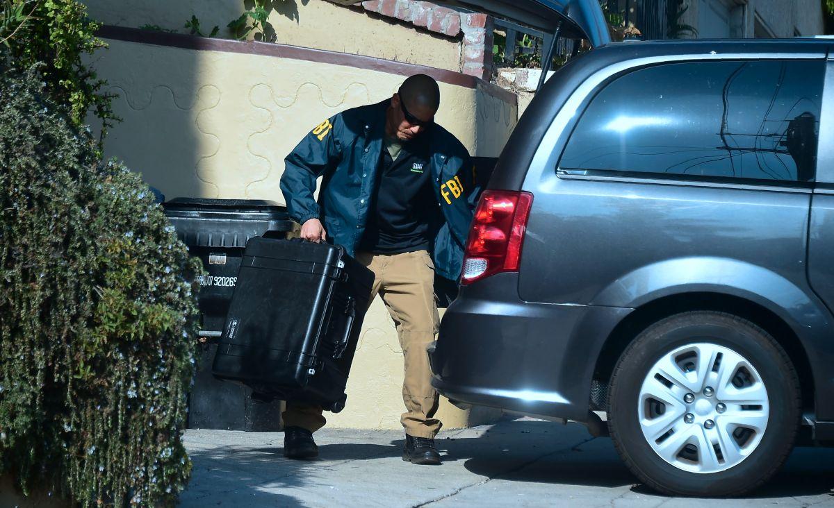 El FBI carga evidencia de la casa de Huizar en 2018.