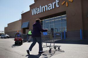 """Dos empleados de Walmart le dijeron a un cliente hispano """"aprende inglés"""". Ya los despidieron"""