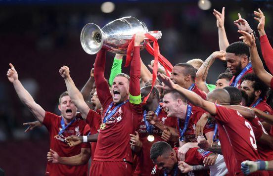 Liverpool levantando el trofeo de la Champions League en 2019.