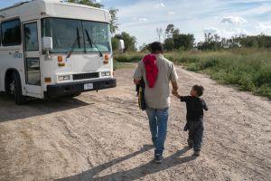 Legisladores demócratas instan a ICE a liberar a familias migrantes en centros de detención
