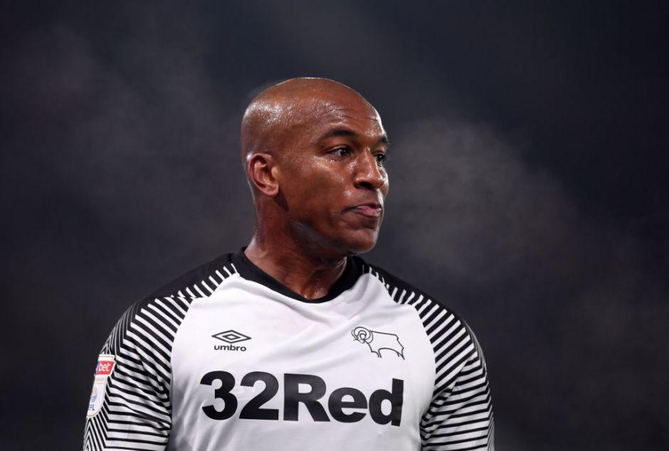 Un grupo de delincuentes acuchilla en la cabeza a ex jugador de Liverpool para quitarle su reloj
