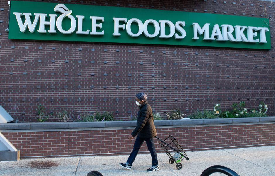 """Whole Foods regresa a casa a trabajadores por portar mascarillas con la leyenda """"Black Lives Matter"""""""