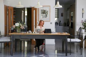 5 trabajos con salarios de más de $100,000 dólares anuales que te permitirán seguir trabajando desde casa