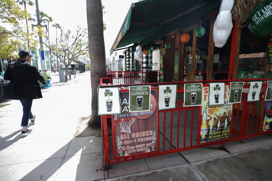 Ordenan cierre de bares en siete condados de California
