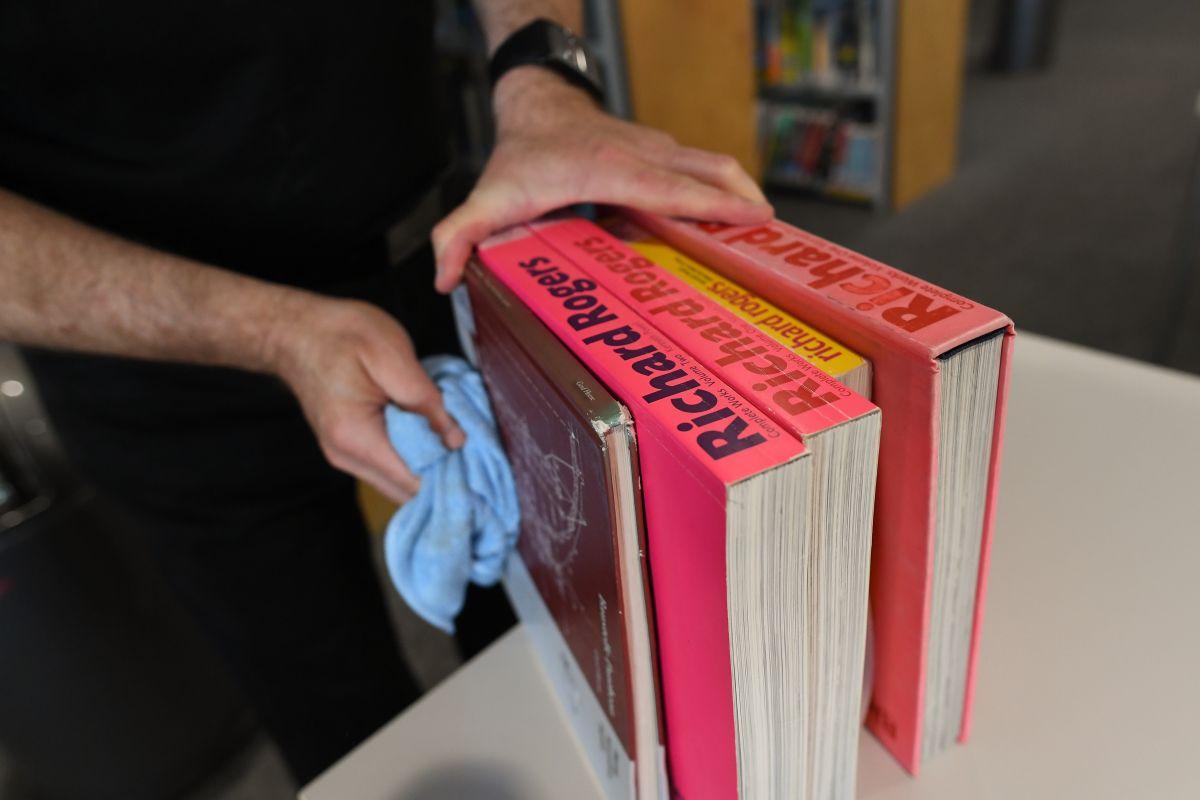 Cada libro contiene una etiqueta metálica que se quema al ser introducida a los hornos.