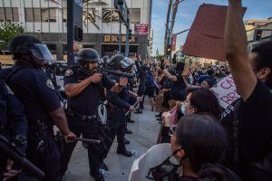 Policía que posó con su macana sobre manchas de sangre durante protestas fue despedido
