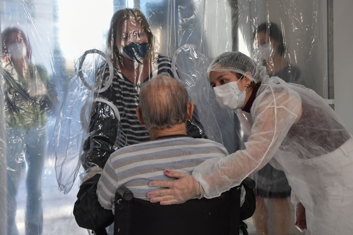 COVID-19 le arrebata la vida a uno de cada cuatro californianos en asilos
