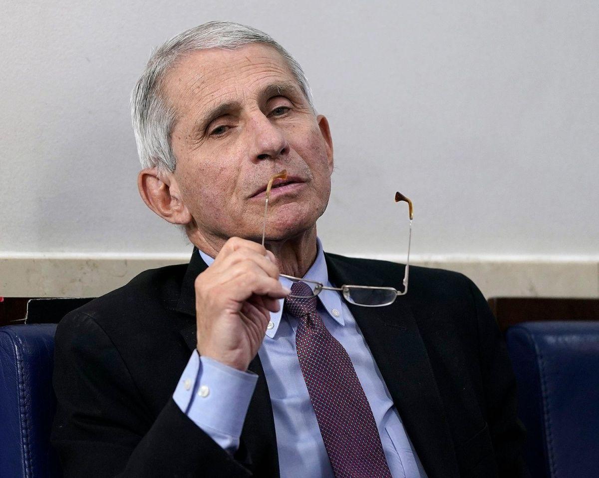 Dr. Fauci dice que podría ser hora de exigir máscaras cuando COVID-19 explota en EE.UU.
