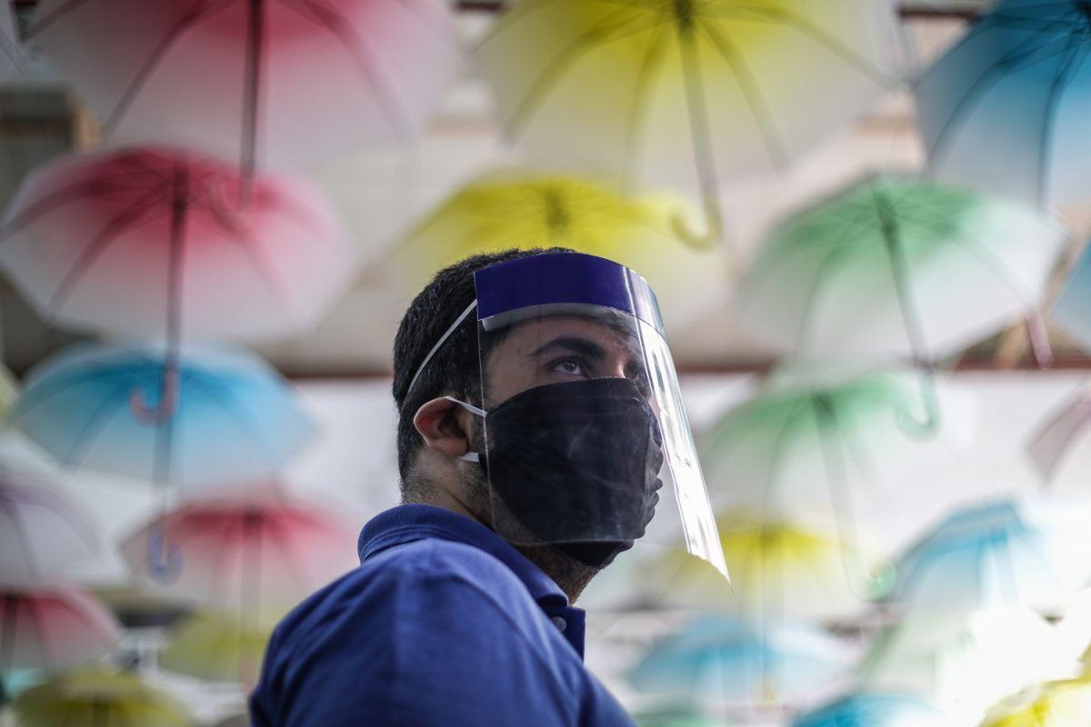 Un hombre usa mascarilla y careta en un centro comercial de Río de Janeiro.