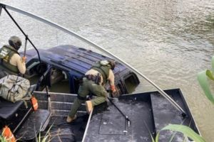Sumergió su carro en el río Bravo para huir de la Patrulla Fronteriza. Llevaba casi $300,000 de droga