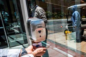 FDA alerta contra uso de 9 productos de alcohol en gel manufacturados en México