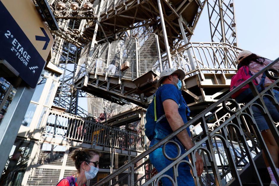 Torre Eiffel París Francia turismo visitantes coronavirus reapertura economía Patrick Branco Ruivo escaleras