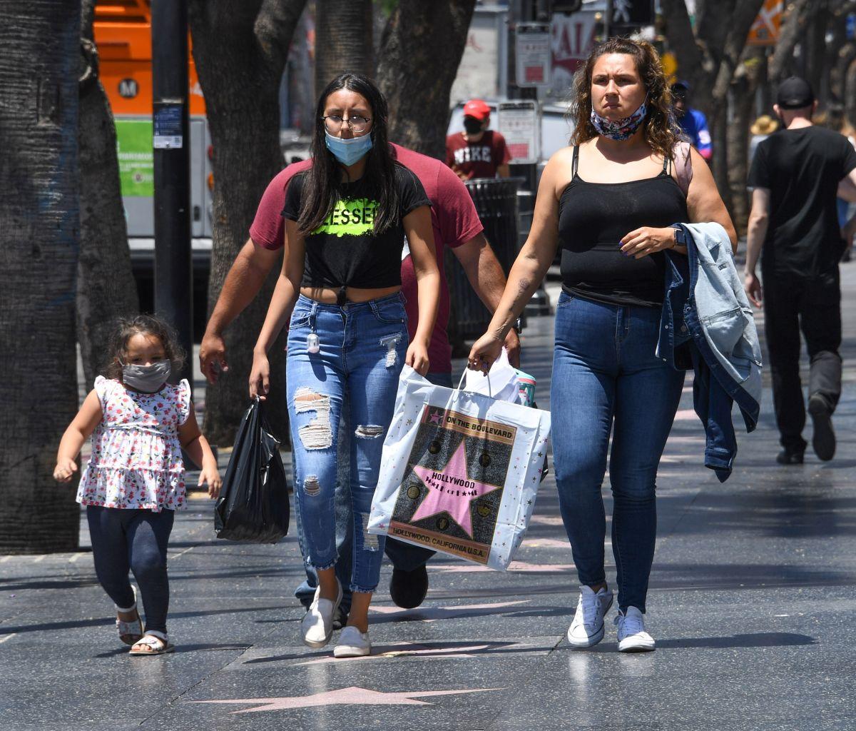 Turistas pasean por Hollywood Boulevard en Los Ángeles.