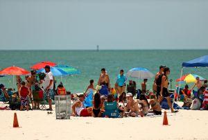 """Gobernador de Florida culpa a hispanos que viajan """"como sardinas"""" por alza en casos de coronavirus; Nueva York considera cuarentena"""
