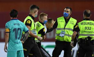 Burla toda la seguridad: Así fue como entró al estadio el espontáneo del Mallorca vs. Barcelona