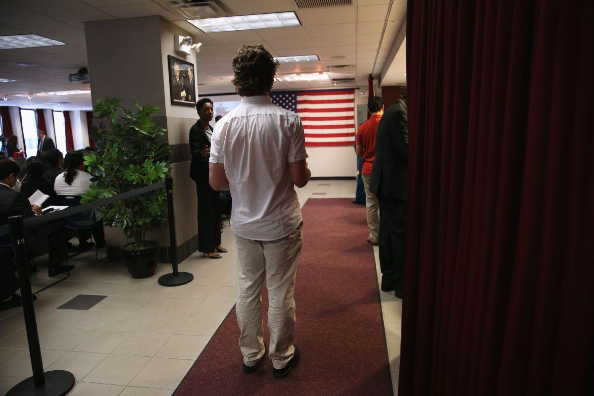 """Preocupa discrecionalidad en prohibición migratoria de Trump que afecta a """"green card"""" y visas laborales"""