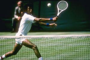 Presuntos supremacistas blancos vandalizan estatua de la leyenda del tenis afroamericano Arthur Ashe
